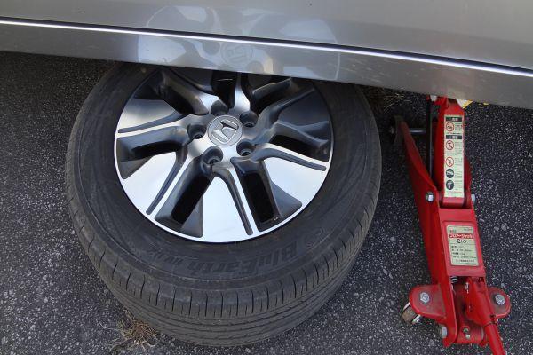 タイヤを車の下に入れて安全策